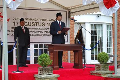 Duta Besar RI London T.M. Hamzah Thayeb selaku pembina upacara