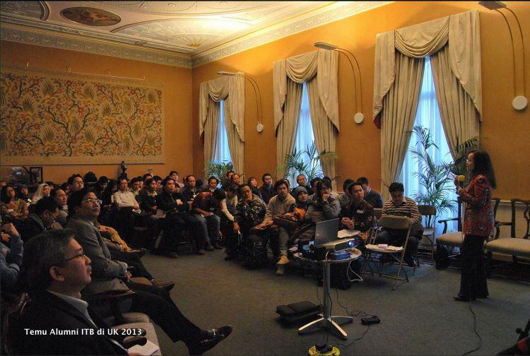 Suasana temu alumni di KBRI London saat Betti Alisjahbana menyampaikan presentasinya. (Foto: Panitia/Tika Hasan)