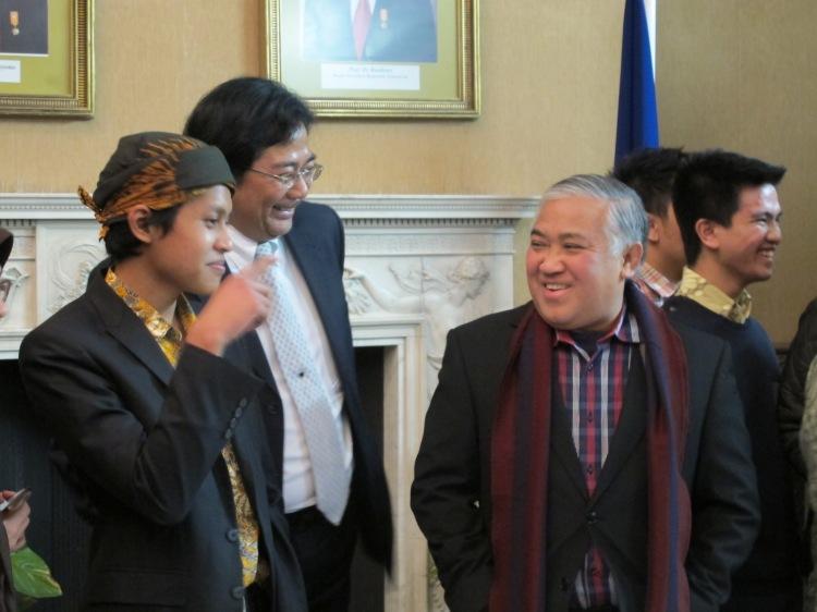 (Ki-ka) Haikal Bekti Anggoro (Ketua PPIUK), T.M. Hamzah Thayeb (Dubes RI) dan Prof. Din Syamsuddin.